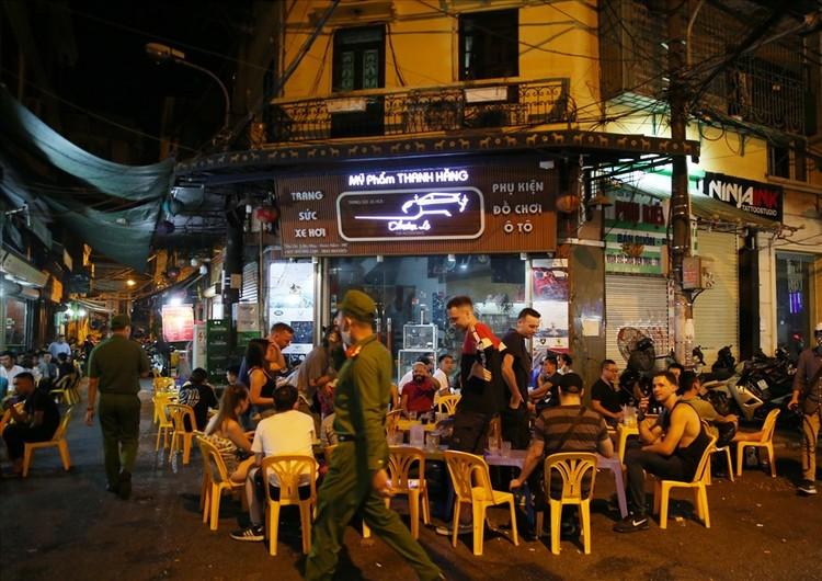 Nhiều quán bar vẫn mở cửa bất chấp chỉ thị của Chủ tịch Hà Nội ảnh 6