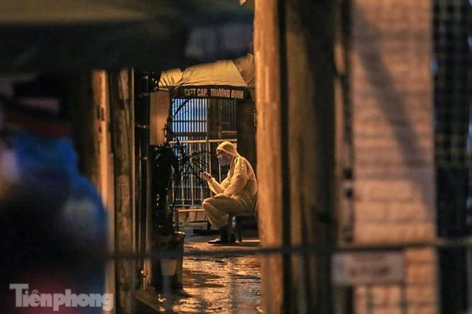 Phong tỏa ngõ trên phố Trương Định có người nghi mắc COVID-19 trong đêm ảnh 1