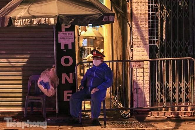 Phong tỏa ngõ trên phố Trương Định có người nghi mắc COVID-19 trong đêm ảnh 2
