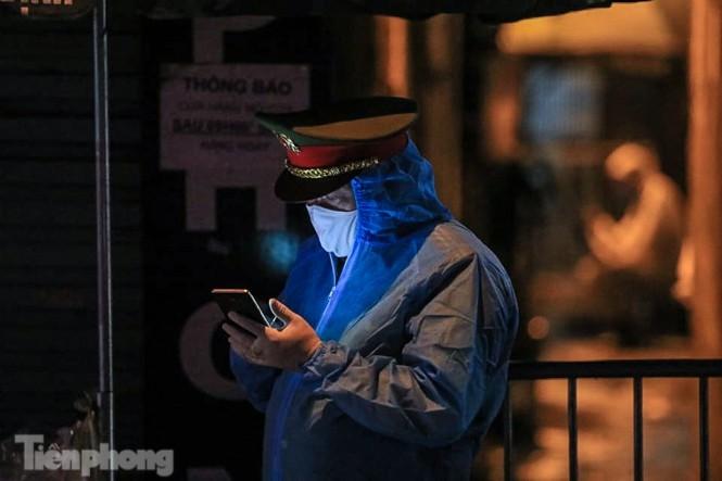 Phong tỏa ngõ trên phố Trương Định có người nghi mắc COVID-19 trong đêm ảnh 3