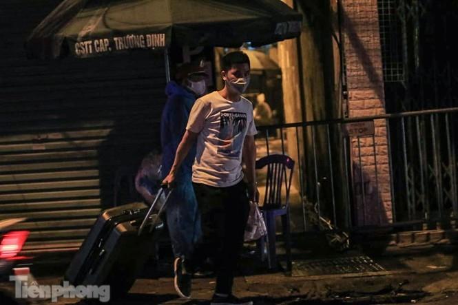 Phong tỏa ngõ trên phố Trương Định có người nghi mắc COVID-19 trong đêm ảnh 4