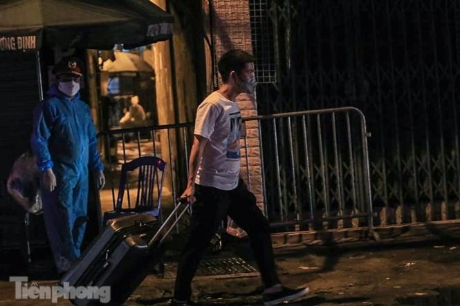 Phong tỏa ngõ trên phố Trương Định có người nghi mắc COVID-19 trong đêm ảnh 5