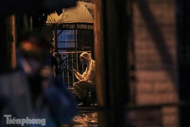 Phong tỏa ngõ trên phố Trương Định có người nghi mắc COVID-19 trong đêm ảnh 6