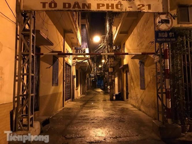 Phong tỏa ngõ trên phố Trương Định có người nghi mắc COVID-19 trong đêm ảnh 7
