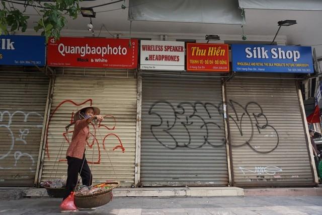 Ông chủ khách sạn Hà Nội bán chuối, chạy xe ôm trả tiền lương cho nhân viên ảnh 1