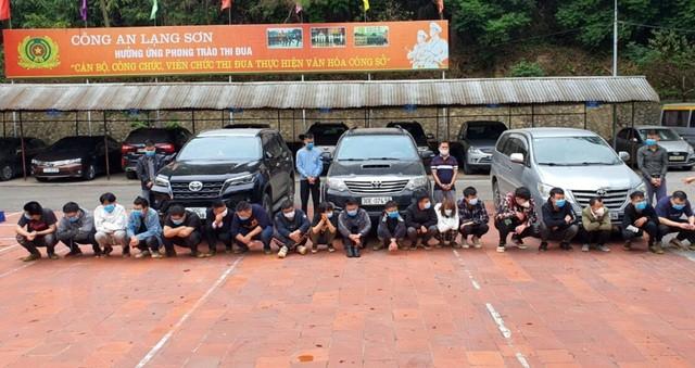 CSGT chặn đoàn xe chở 20 người nhập cảnh trái phép ảnh 1