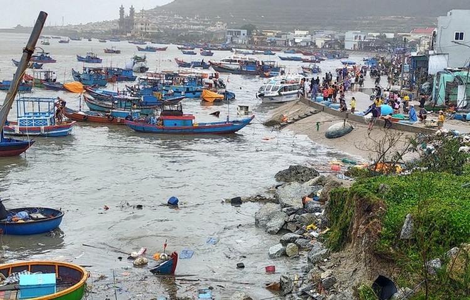 Bão số 9 giật sập nhà, đánh chìm tàu ở đảo Lý Sơn ảnh 1