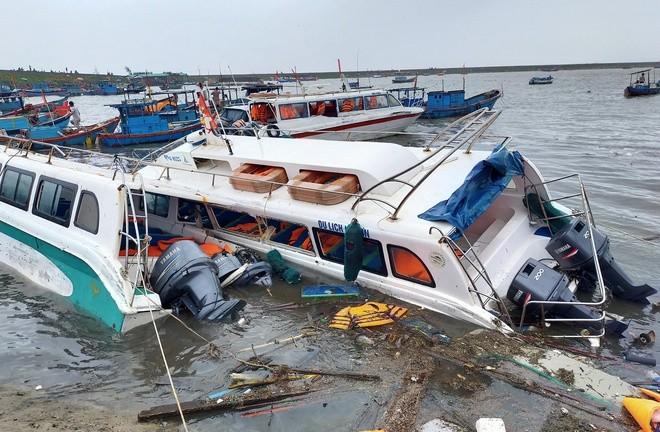 Bão số 9 giật sập nhà, đánh chìm tàu ở đảo Lý Sơn ảnh 2