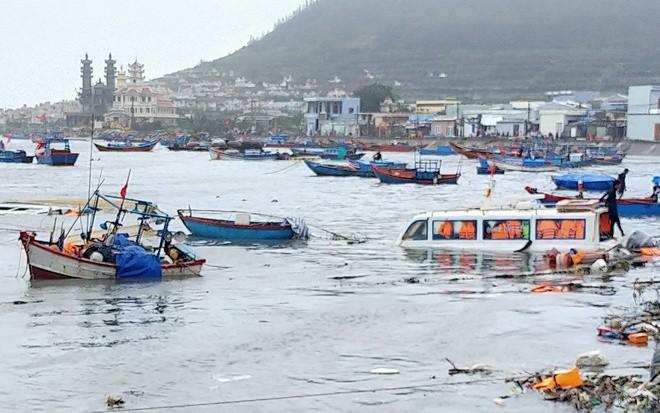 Bão số 9 giật sập nhà, đánh chìm tàu ở đảo Lý Sơn ảnh 3