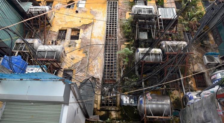 Rùng mình với những chung cư, tập thể cũ ở Hà Nội tiềm ẩn nguy cơ với người dân ảnh 6