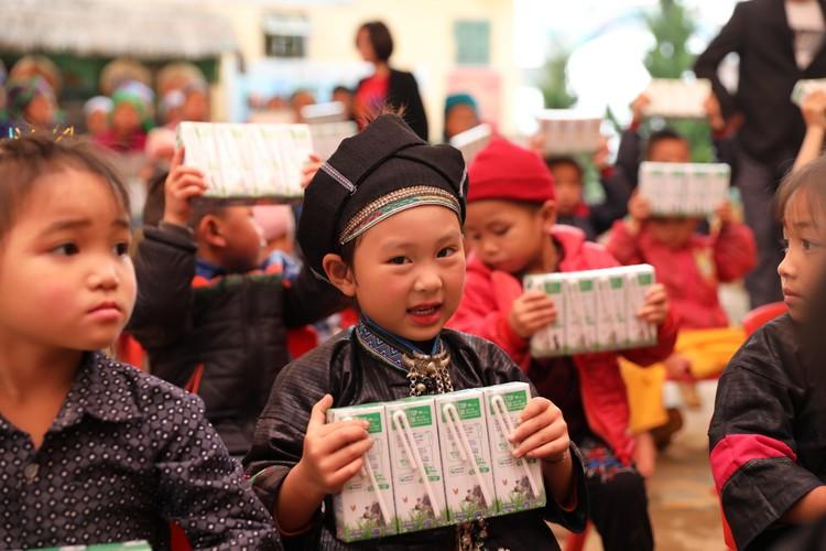 Quỹ sữa Vươn cao Việt Nam tiếp tục hành trình trao sữa cho trẻ em tại 26 tỉnh thành trong năm 14 ảnh 3