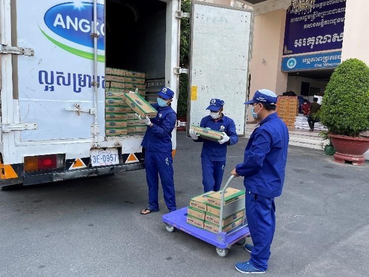 """Angkormilk trao tặng 48.000 sản phẩm sữa hỗ trợ người dân và trẻ em """"vùng đỏ"""" trong dịch Covid -19 ảnh 2"""