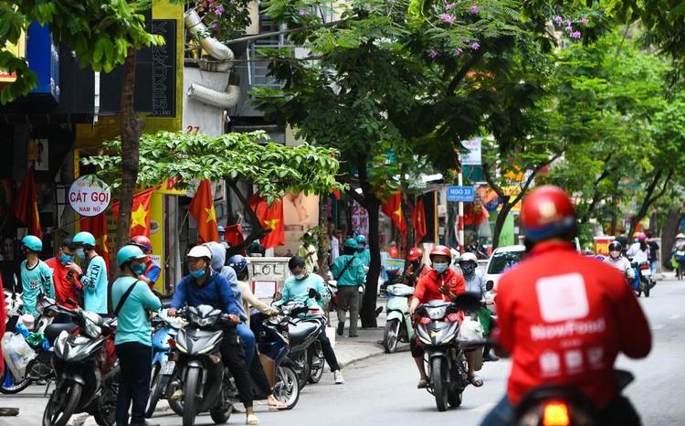 Shipper chen lấn ngày đầu Hà Nội chỉ cho phép bán đồ ăn mang về ảnh 1