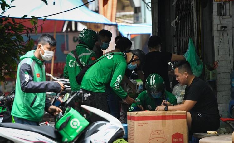 Shipper chen lấn ngày đầu Hà Nội chỉ cho phép bán đồ ăn mang về ảnh 2