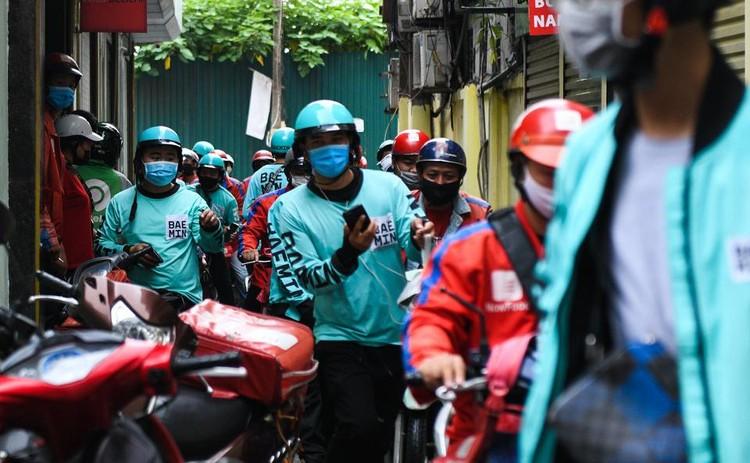 Shipper chen lấn ngày đầu Hà Nội chỉ cho phép bán đồ ăn mang về ảnh 3