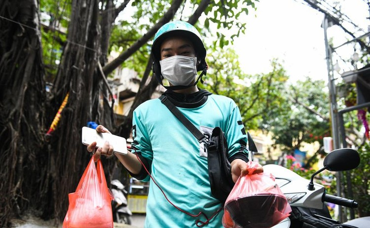 Shipper chen lấn ngày đầu Hà Nội chỉ cho phép bán đồ ăn mang về ảnh 4