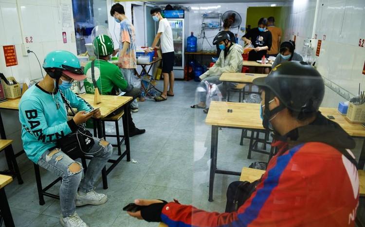 Shipper chen lấn ngày đầu Hà Nội chỉ cho phép bán đồ ăn mang về ảnh 6