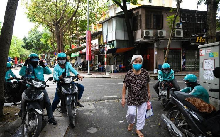 Shipper chen lấn ngày đầu Hà Nội chỉ cho phép bán đồ ăn mang về ảnh 8