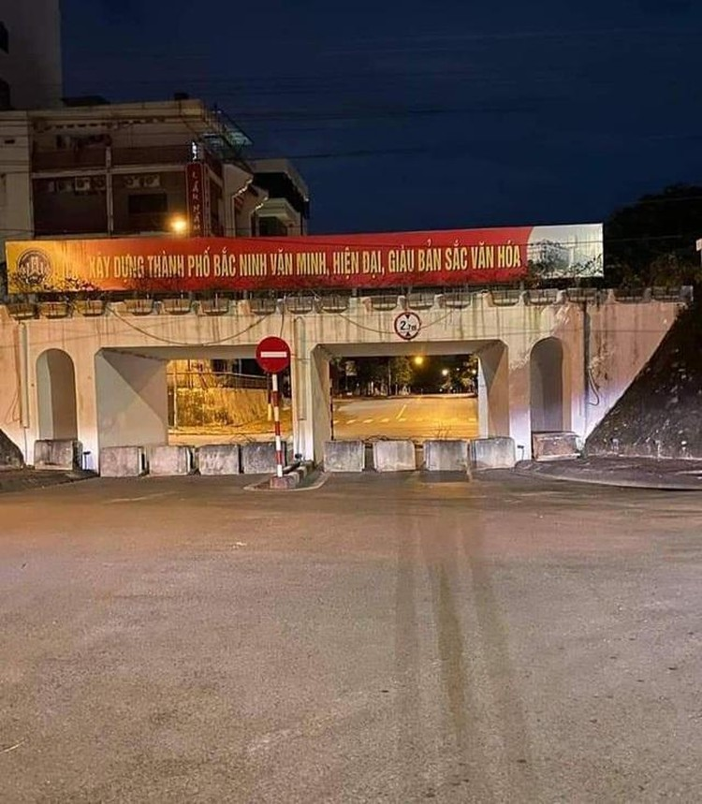 Thành phố Bắc Ninh xếp gạch, bê tông, dàn hàng ô tô chốt cứng mọi ngả đường ảnh 4