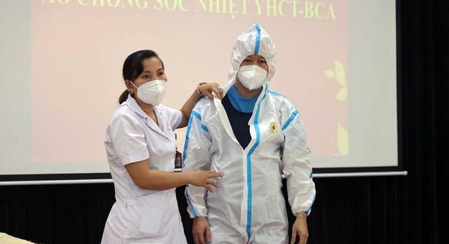 Cận cảnh bộ quần áo chống sốc nhiệt cho nhân viên y tế chống dịch ảnh 1