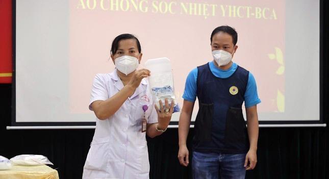 Cận cảnh bộ quần áo chống sốc nhiệt cho nhân viên y tế chống dịch ảnh 2