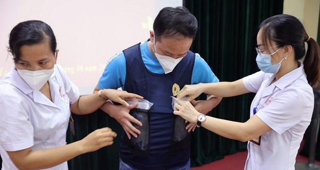 Cận cảnh bộ quần áo chống sốc nhiệt cho nhân viên y tế chống dịch ảnh 3