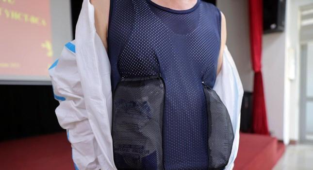 Cận cảnh bộ quần áo chống sốc nhiệt cho nhân viên y tế chống dịch ảnh 7