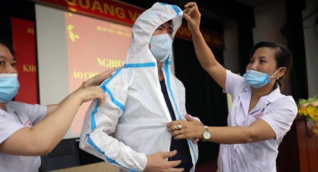 Cận cảnh bộ quần áo chống sốc nhiệt cho nhân viên y tế chống dịch ảnh 8