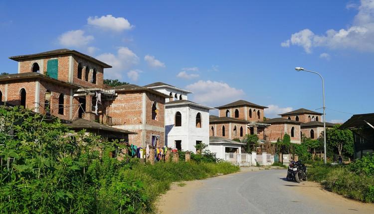 Cận cảnh hàng loạt khu biệt thự bỏ hoang nhiều năm ở ngoại thành Hà Nội ảnh 11