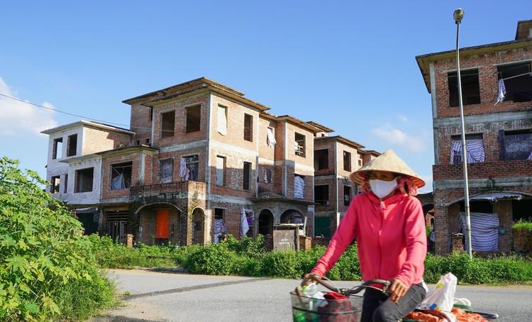 Cận cảnh hàng loạt khu biệt thự bỏ hoang nhiều năm ở ngoại thành Hà Nội ảnh 12