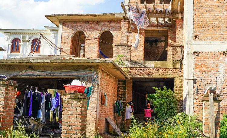 Cận cảnh hàng loạt khu biệt thự bỏ hoang nhiều năm ở ngoại thành Hà Nội ảnh 13