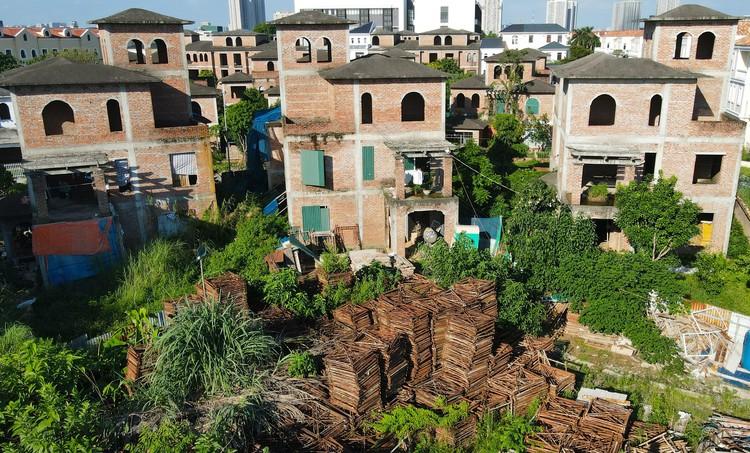 Cận cảnh hàng loạt khu biệt thự bỏ hoang nhiều năm ở ngoại thành Hà Nội ảnh 16