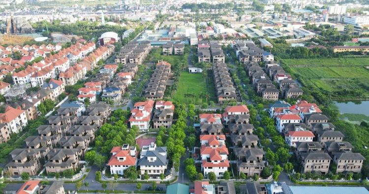 Cận cảnh hàng loạt khu biệt thự bỏ hoang nhiều năm ở ngoại thành Hà Nội ảnh 1