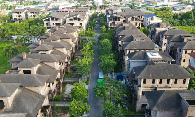 Cận cảnh hàng loạt khu biệt thự bỏ hoang nhiều năm ở ngoại thành Hà Nội ảnh 2
