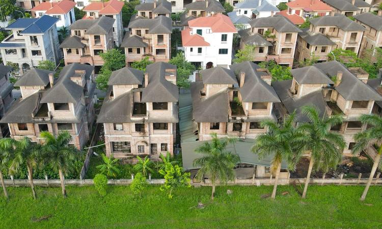 Cận cảnh hàng loạt khu biệt thự bỏ hoang nhiều năm ở ngoại thành Hà Nội ảnh 4