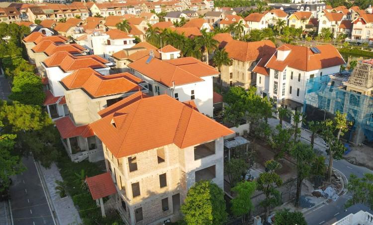 Cận cảnh hàng loạt khu biệt thự bỏ hoang nhiều năm ở ngoại thành Hà Nội ảnh 6