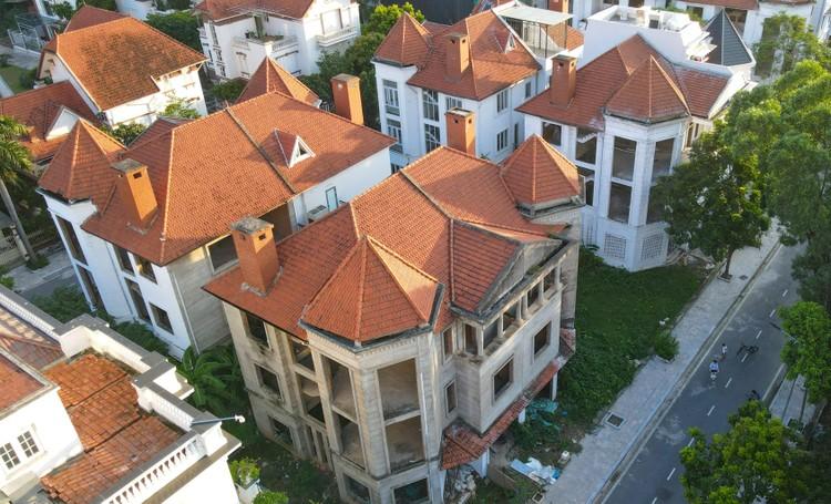 Cận cảnh hàng loạt khu biệt thự bỏ hoang nhiều năm ở ngoại thành Hà Nội ảnh 7