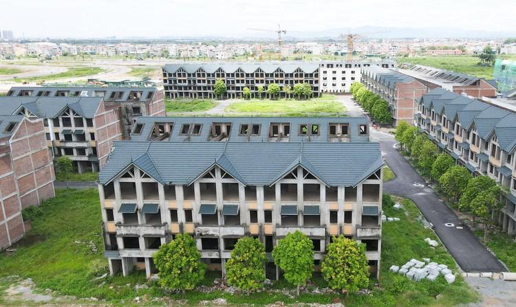 Mục sở thị hàng trăm căn biệt thự bỏ hoang, rêu mốc ở một huyện tại Hà Nội ảnh 1