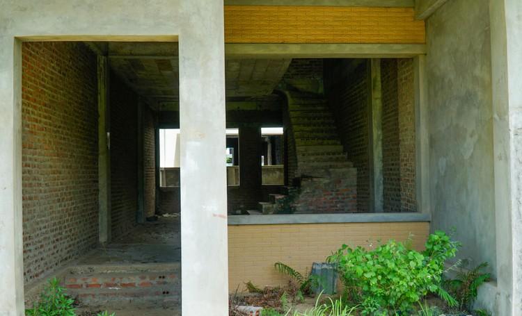Mục sở thị hàng trăm căn biệt thự bỏ hoang, rêu mốc ở một huyện tại Hà Nội ảnh 4