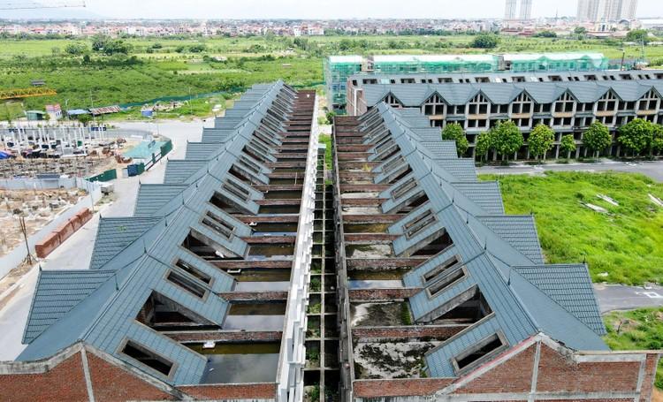 Mục sở thị hàng trăm căn biệt thự bỏ hoang, rêu mốc ở một huyện tại Hà Nội ảnh 6
