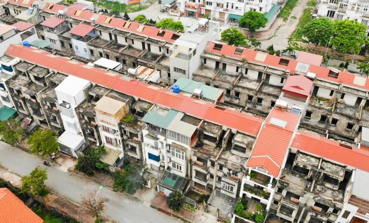 Mục sở thị hàng trăm căn biệt thự bỏ hoang, rêu mốc ở một huyện tại Hà Nội ảnh 8