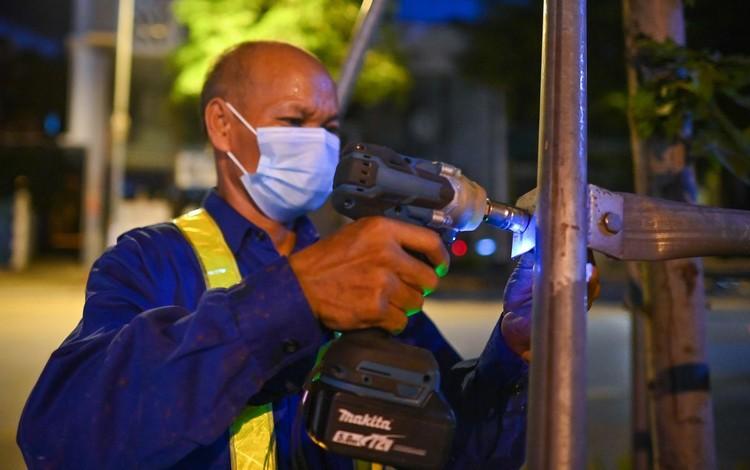 Trắng đêm đốn chuyển cây phong trên đường Trần Duy Hưng ảnh 4