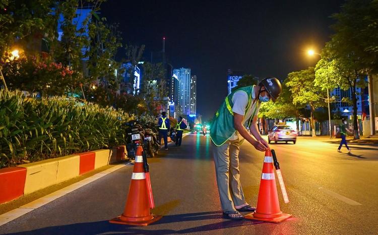 Trắng đêm đốn chuyển cây phong trên đường Trần Duy Hưng ảnh 5