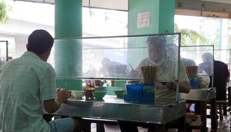 Người Hà Nội xếp hàng ăn phở từ sáng sớm ảnh 9