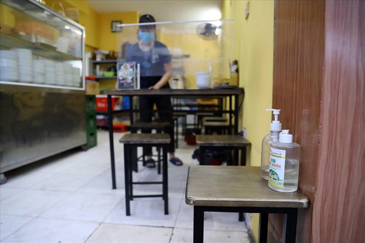 Người Hà Nội xếp hàng ăn phở từ sáng sớm ảnh 5