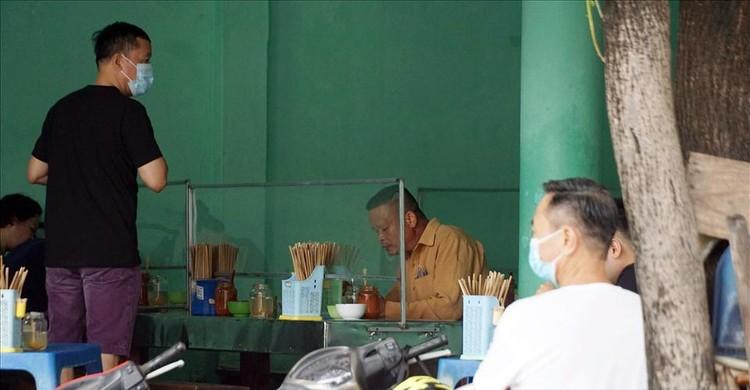 Người Hà Nội xếp hàng ăn phở từ sáng sớm ảnh 7