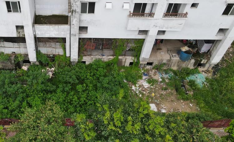 """Những tòa chung cư xây xong rồi bị bỏ hoang ngay trên """"đất vàng"""" thủ đô ảnh 9"""