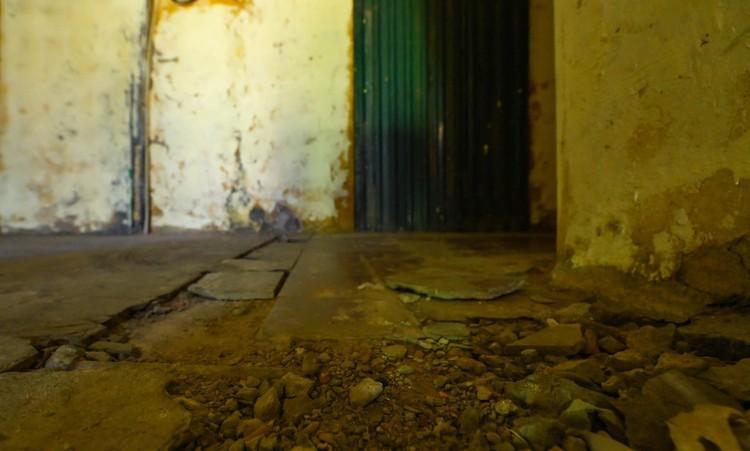 """Nhà biến thành """"hầm"""" ẩm thấp, dột nát tại chung cư tập thể cũ Hà Nội ảnh 9"""