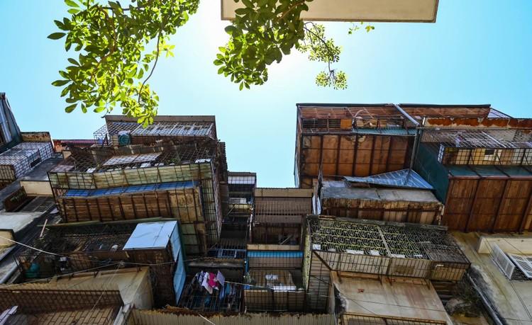 """Nhà biến thành """"hầm"""" ẩm thấp, dột nát tại chung cư tập thể cũ Hà Nội ảnh 11"""