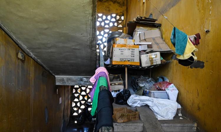 """Nhà biến thành """"hầm"""" ẩm thấp, dột nát tại chung cư tập thể cũ Hà Nội ảnh 12"""